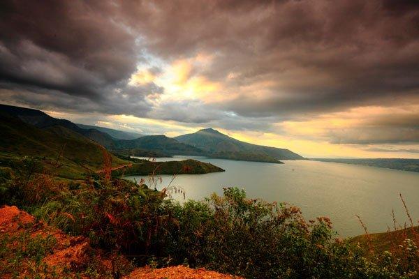 Senja di Bibir Danau Toba