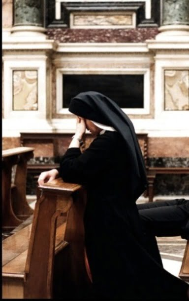 Nun_praying